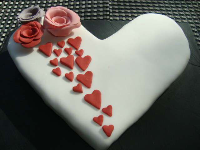 gateau-en-forme-de-coeur-avec-des-roses-en-pate-a-sucre.640x480.jpg
