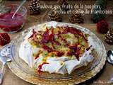 Pavlova aux fruits de la passion, litchis et coulis de framboises