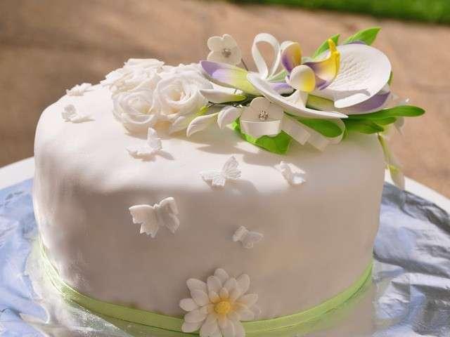 gateau-d-anniversaire-theme-fleur-en-pate-a-sucre-et-gumpaste.640x480 ...