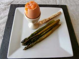 Oeufs coque, saumon fumé, asperges vertes (Shell eggs, smoked salmon, asp